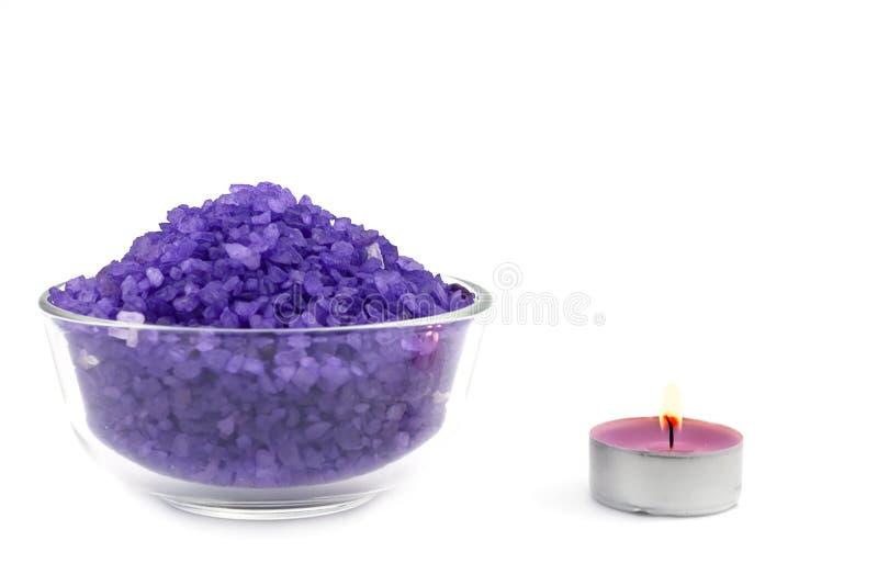 kąpielowy świeczki soli fiołka wiih zdjęcie royalty free