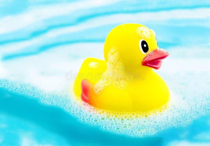 Kąpielowy czas i gumowa kaczka w mydle pienimy się obrazy stock