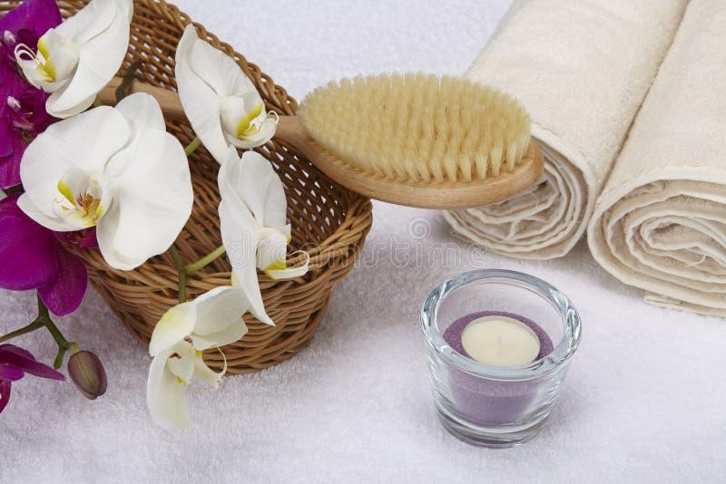 Kąpielowy muśnięcie, staczający się ręczniki, tealight i orchidee, zdjęcia royalty free