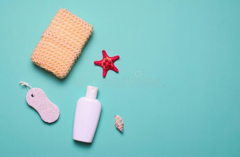 Kąpielowy rzeczy pojęcie, gąbki, szamponu lub prysznic Gel, Pumice kamień, Odgórny widok, mieszkanie Lay obrazy stock
