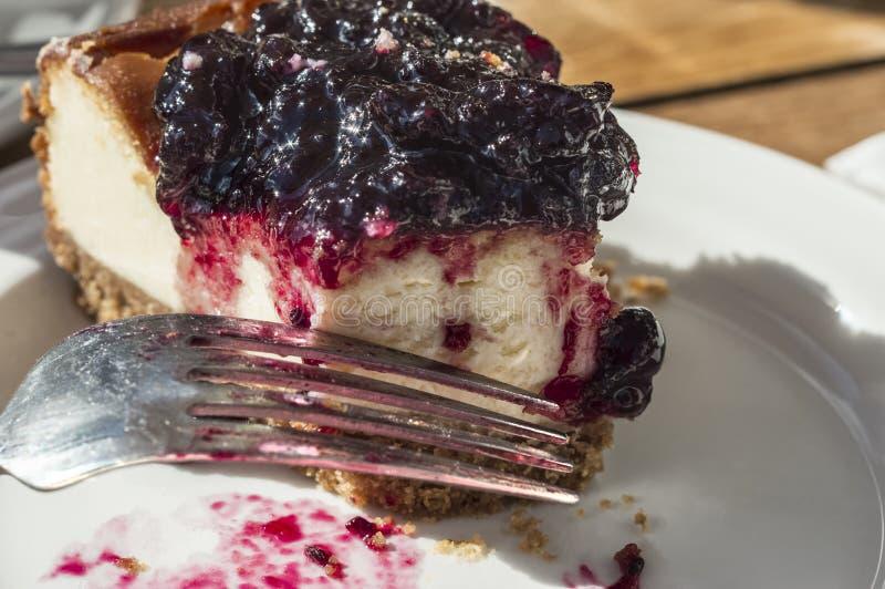 Kąsek blackcurrant cheesecake z rozwidleniem obraz royalty free