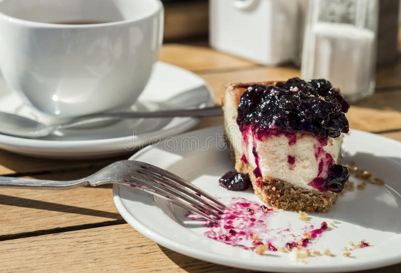 Kąsek blackcurrant cheesecake z rozwidleniem i herbatą zdjęcia royalty free