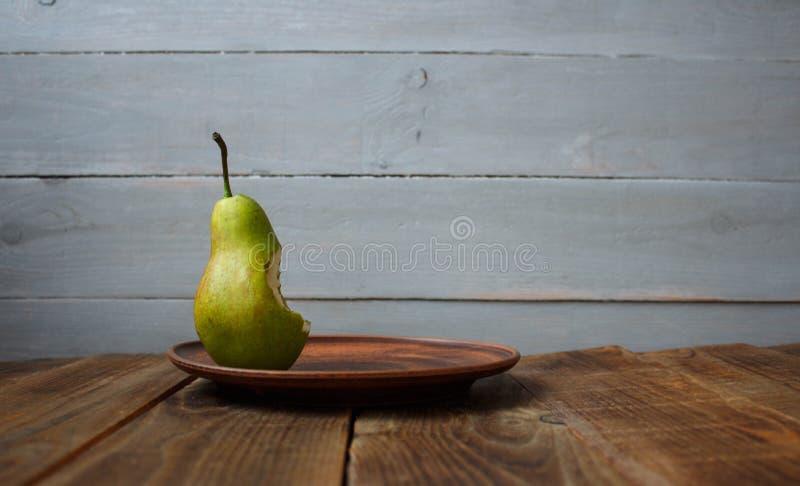 Kąsek bonkreta na talerzu na drewnianym tle zdjęcia royalty free