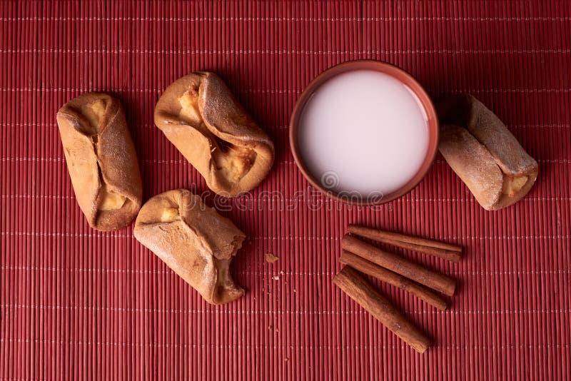 kąsek brać z chałupa sera ciastek Domowej roboty babeczki faszerowali z chałupa serem i gliny szkłem mleko na drewnianym backgrou obrazy royalty free