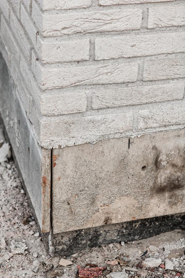 Kąt ściana z cegieł z częścią piwnica w budowie zdjęcia stock