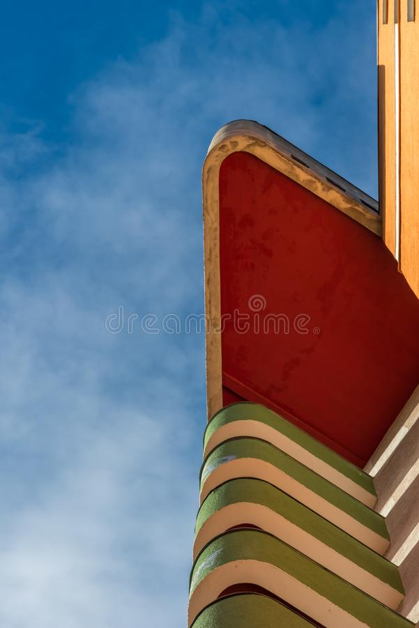 Kąt budynek mieszkaniowy sterczy w niebieskie niebo zdjęcie stock
