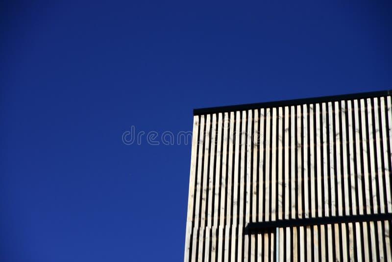 Kąt budynek Przeciw niebieskiemu niebu zdjęcie stock