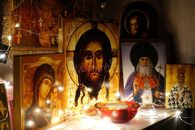 Kąt dla modlitwy Rosyjski tradycyjny domowy kościół bóg modlitwa Ikony iluminować girlandą Jezus Chrystus Antyczny ortodoksyjny zdjęcie royalty free