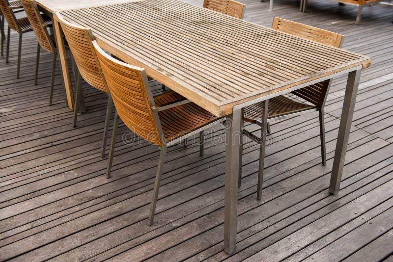 Kąt drewna krzesła i stołu set Meblarski projekt zdjęcia stock