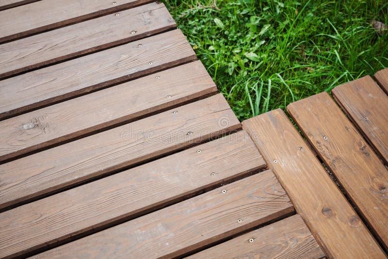 Kąt drewniany boardwalk nad gazonem zdjęcia stock
