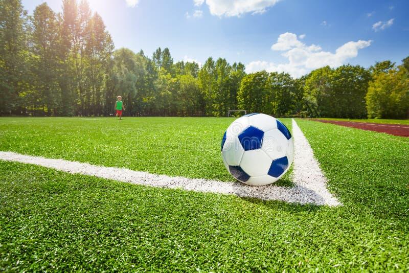 Kąt i piłka na polu stadium piłkarski fotografia stock