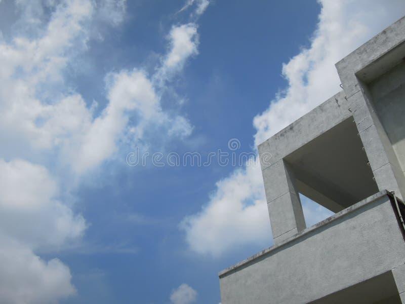 Kąt prosty ale opisywany budynek patrzejący wciąż pod niebem obraz stock