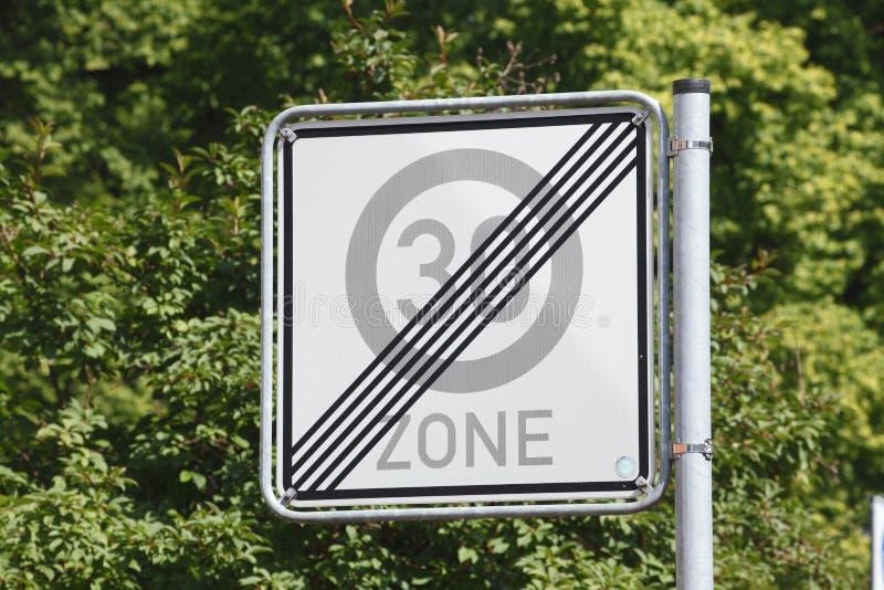 kąta błękitny drogowego znaka odcienia widok szeroki obrazy stock
