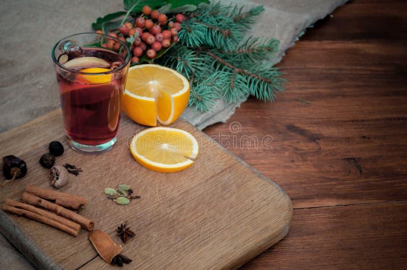 Kąta widok rozmyślał wino z cytrusem, cynamon, pikantność i jodła, kardamonowe i anyżowe Bożenarodzeniowy wygodny życie na drewni obrazy stock