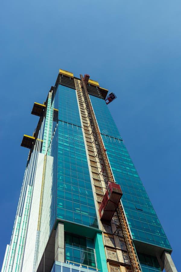 Kąta widok w budowie w w centrum Chicago z niebieskim niebem w tle szklany drapacz chmur zdjęcia royalty free