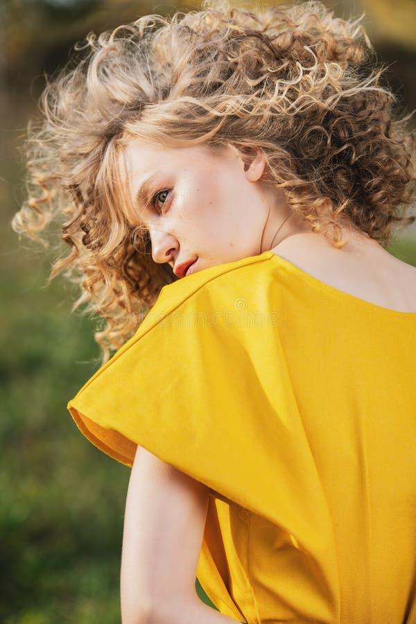 kędzierzawa blondynki dziewczyna obrazy stock