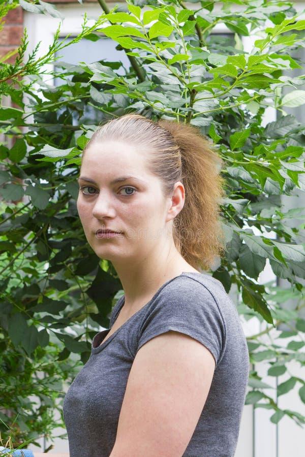 Kędzierzawa dziewczyna relaksuje outdoors obrazy royalty free