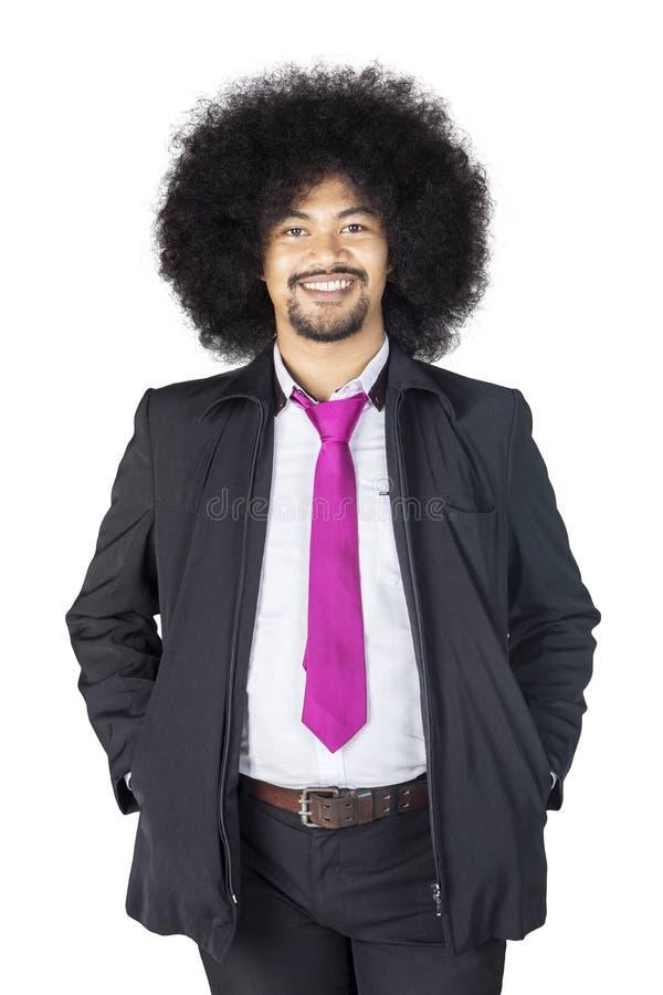 Kędzierzawego włosy biznesmena pozycja w studiu fotografia stock