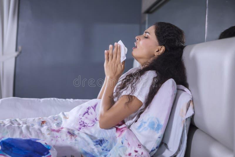 Kędzierzawego włosy kobieta w sypialni obraz stock