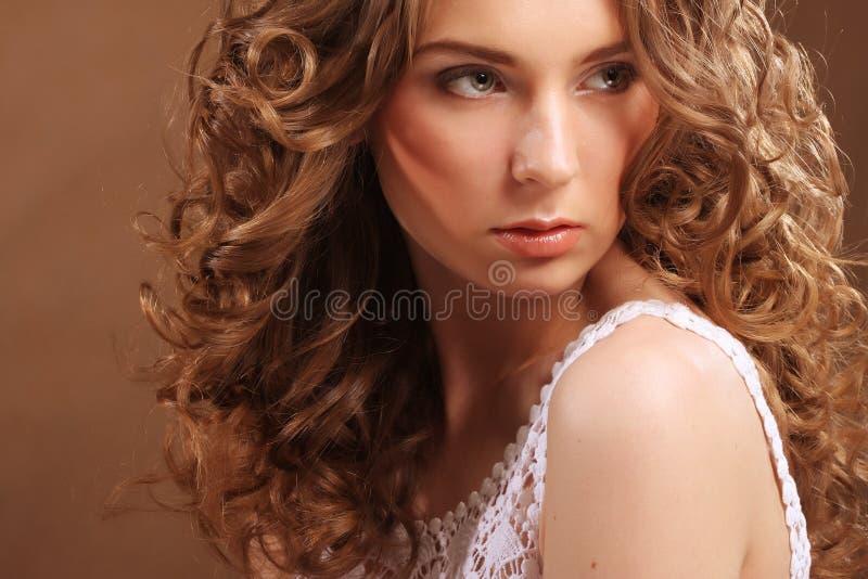 kędzierzawego włosy kobiety potomstwa zdjęcia stock