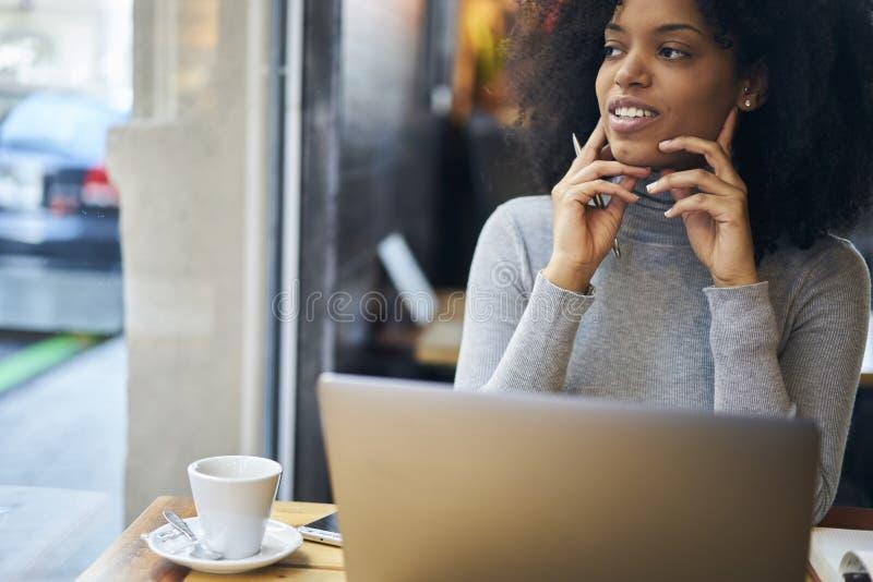Kędzierzawy afroamerykanin w szarym kurtki i radia związku w cukiernianej wifi strefie obraz royalty free