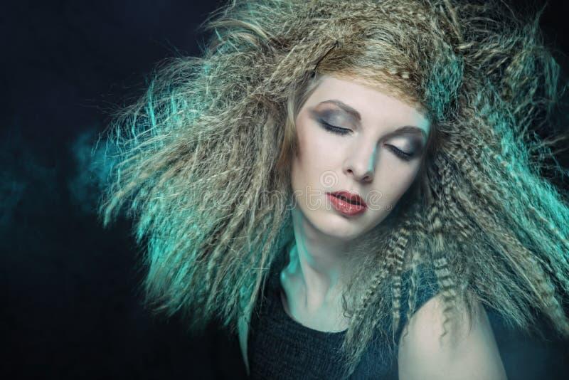 Kędzierzawy blondynka wiatru włosy fotografia stock