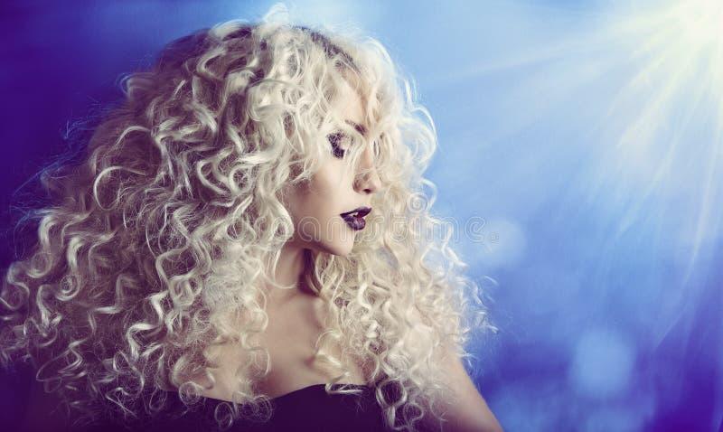 Kędzierzawy włosy, kobiety piękna twarzy portret, moda modela dziewczyna z zdjęcie royalty free