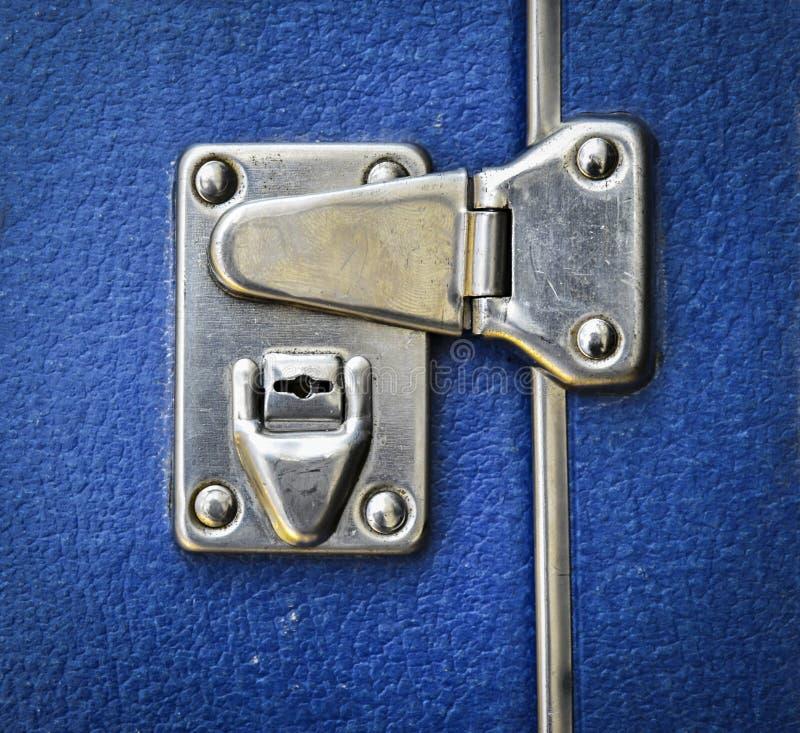 Kędziorek na błękitnej walizce zdjęcie stock