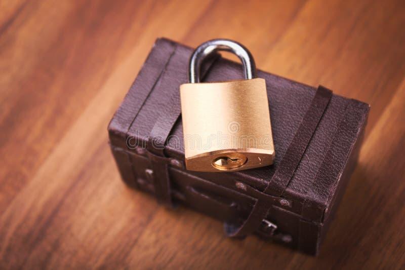Kędziorek na miniaturowej walizce zdjęcia stock