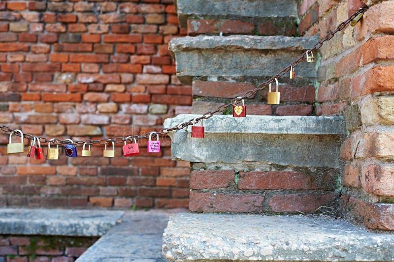 Kędziorki kochankowie na łańcuchu w romantycznym miejscu zdjęcia stock