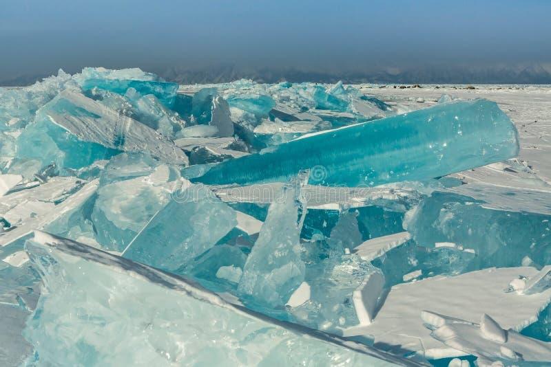 Kępy błękita lód na śniegu zdjęcia stock