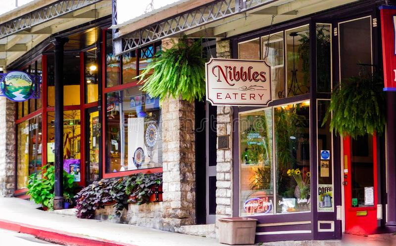 Kęsek knajpa jest jeden wiele knajpy w kolorowych w centrum Eureka wiosnach, Arkansas obraz stock