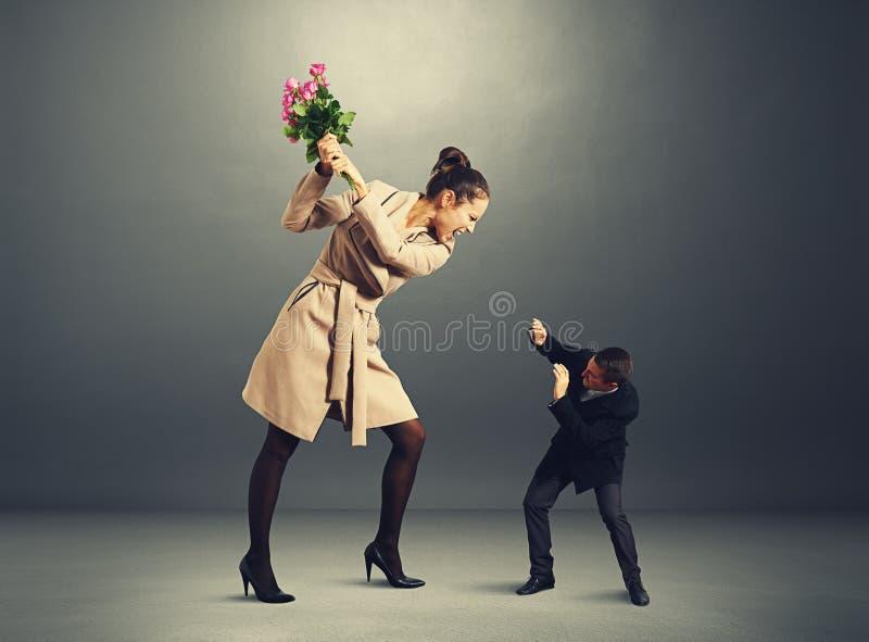 Kłóci się między mężczyzna i kobietą w ciemnym pokoju fotografia royalty free
