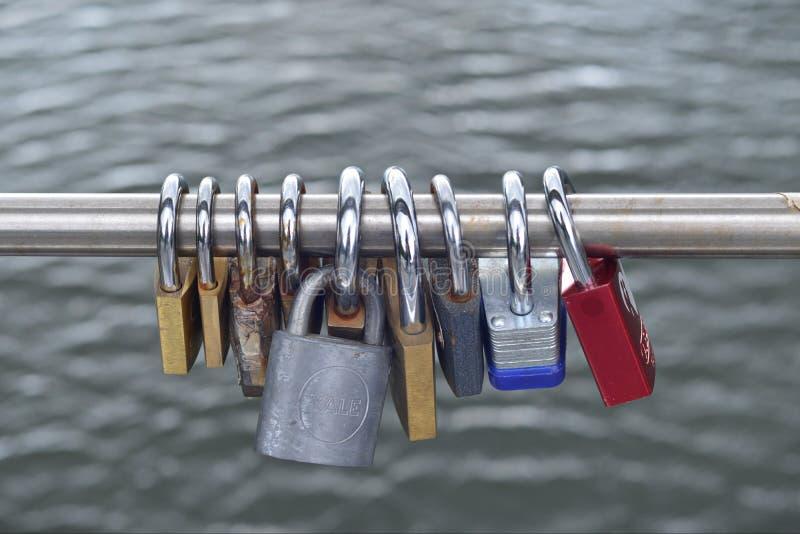 Kłódek lub miłość kędziorków zrozumienie od mosta fotografia royalty free