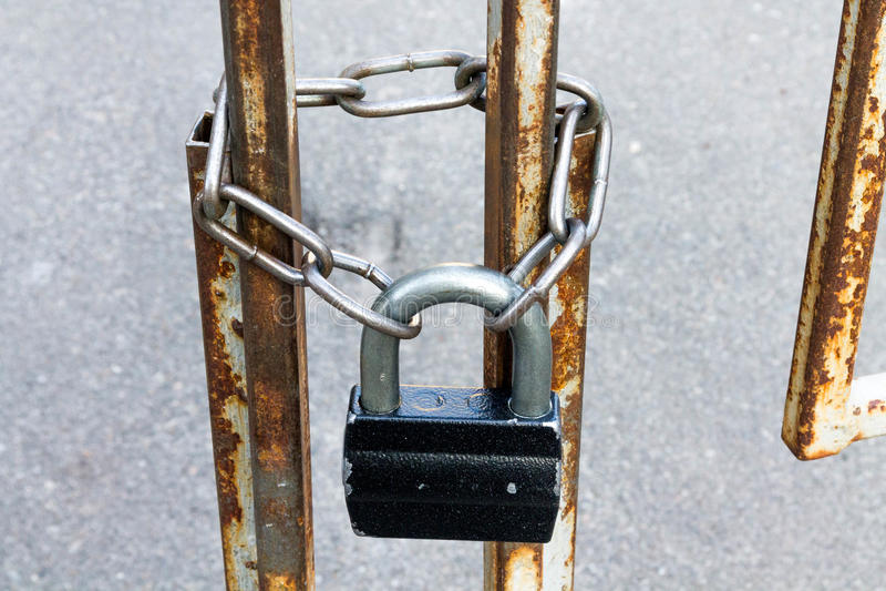 Kłódka i łańcuch Przejście zamyka zamknąć bramy fotografia stock