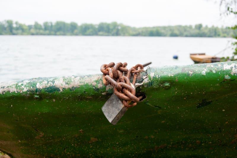 Kłódka i ośniedziały łańcuch na łodzi zdjęcie royalty free