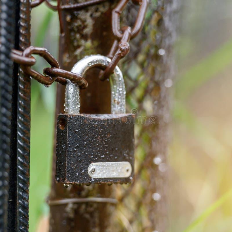 Kłódka na łańcuchu - pojęcie ochrona zdjęcie stock