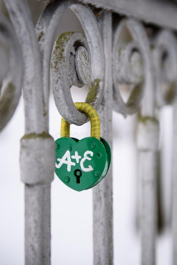 Kłódka na żelaznym ogrodzeniu obrazy royalty free