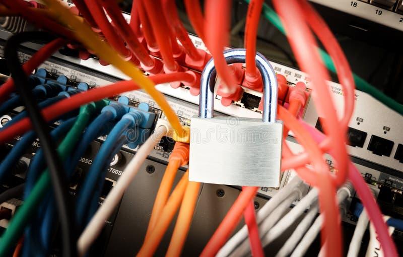 Kłódka na kolorowych kablach przy sieć serwerem, zbawczy pojęcie obraz stock