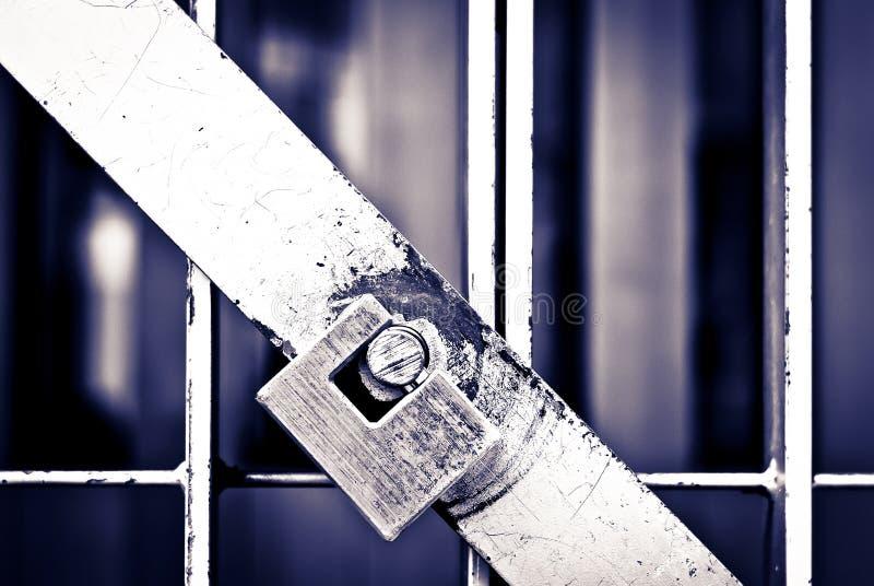 Kłódka na komórki drzwi więzienie w czarnym & bielu fotografia royalty free