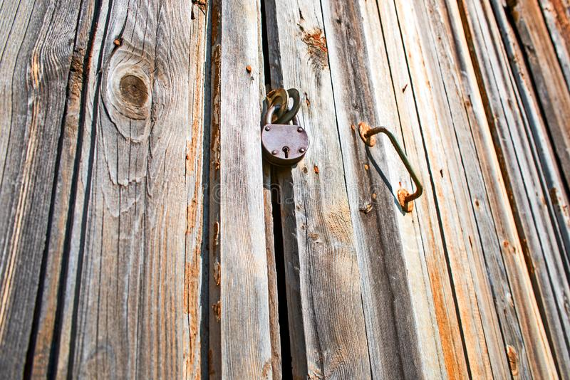 Kłódka na starych drewnianych drzwiach obrazy royalty free