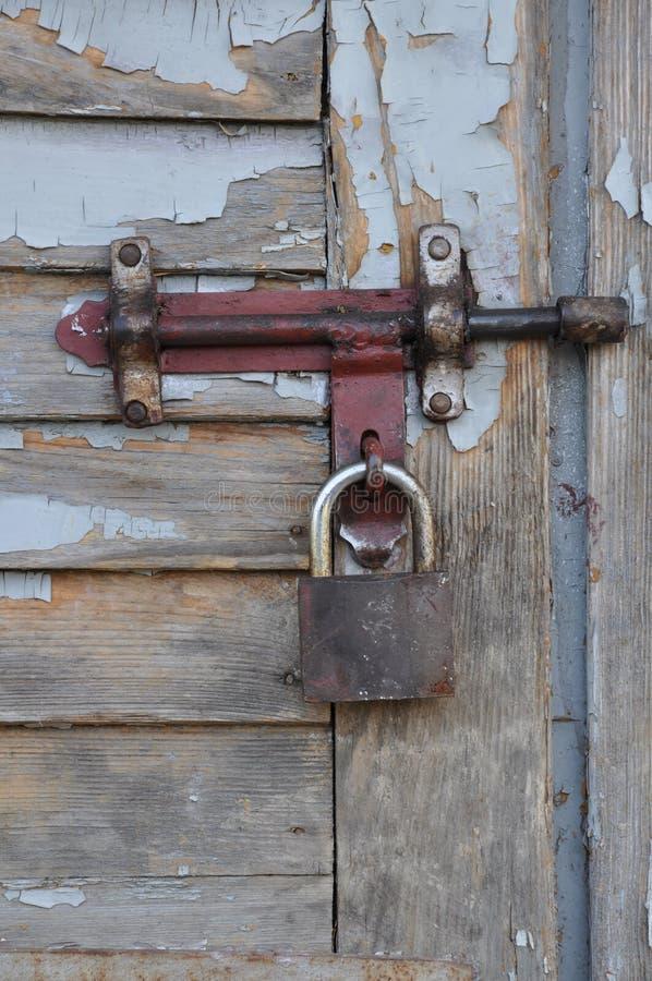 Kłódka na starym drewnianym drzwi. obrazy royalty free