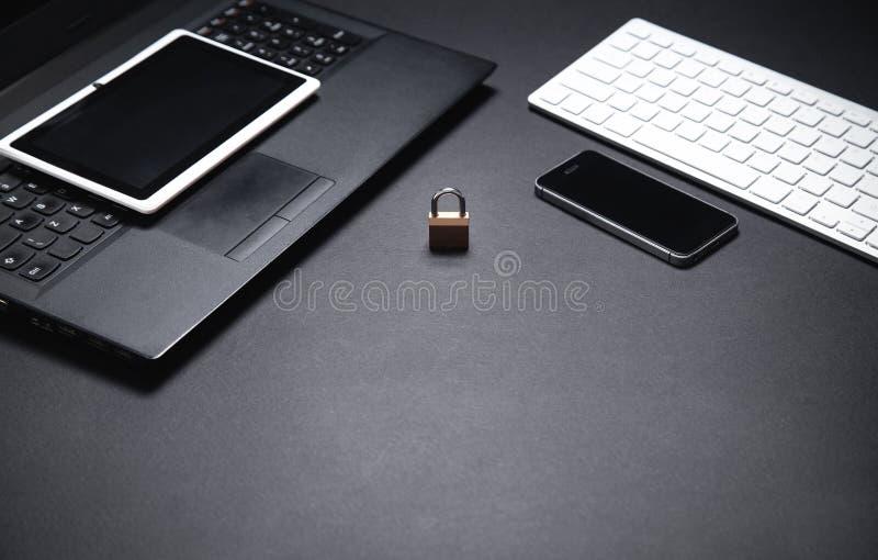 Kłódka z komputerową klawiaturą, laptopem, smartphone i pastylką, Interneta i technologii ochrona zdjęcia royalty free