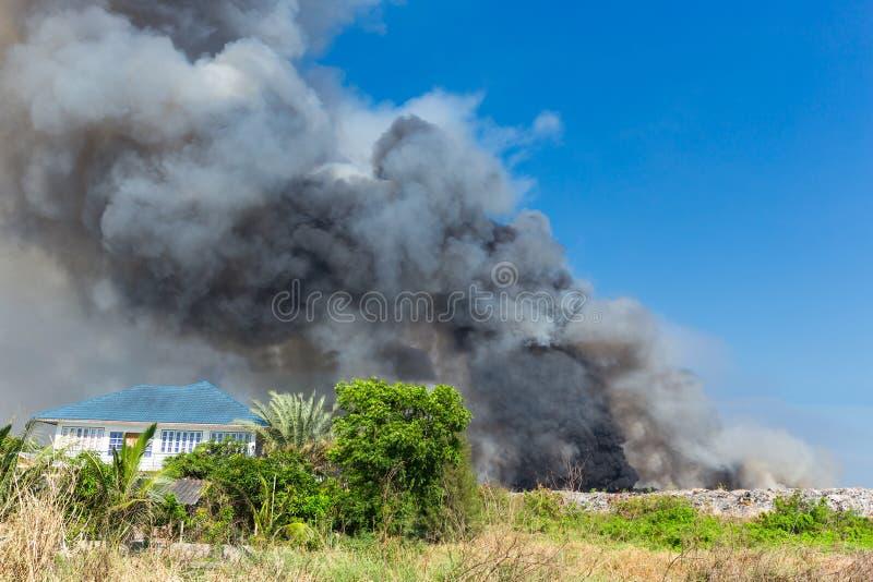 Kłębiący się Czarnego dym od zapłonu midden obrazy stock
