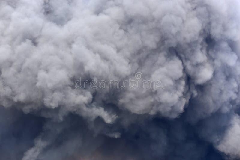 Kłębiący się Czarnego dym od zapłonu midden fotografia royalty free