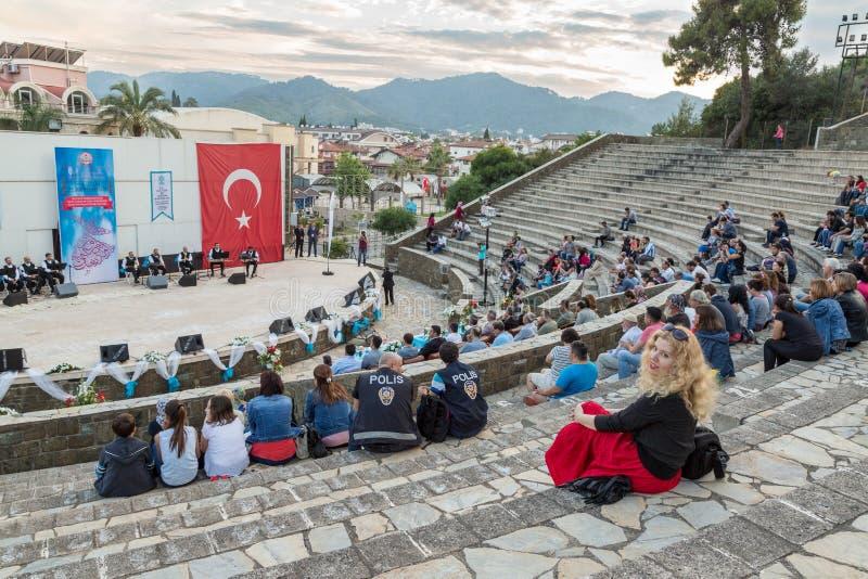 Kłębiaści derwisze i religijnej muzyki koncert dla zaczynać Ramadan pokazują przy Marmaris amfiteatrem w Marmaris, Turcja zdjęcia royalty free