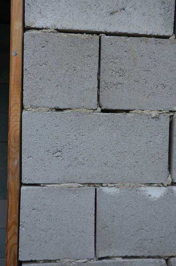 Kłaść żużlu blok i drewnianego drzwiowego szaber zdjęcie royalty free