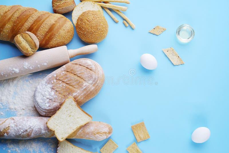 Kłaść chleb na błękitnym tle obraz royalty free