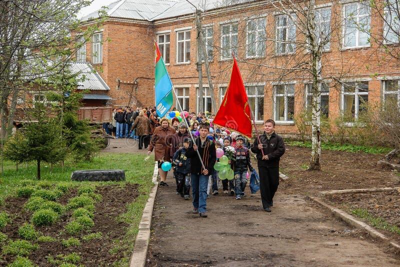 Kłaść wianki przy pomnikiem spadać żołnierze w Kaluga regionie Rosja i korowód zdjęcia stock
