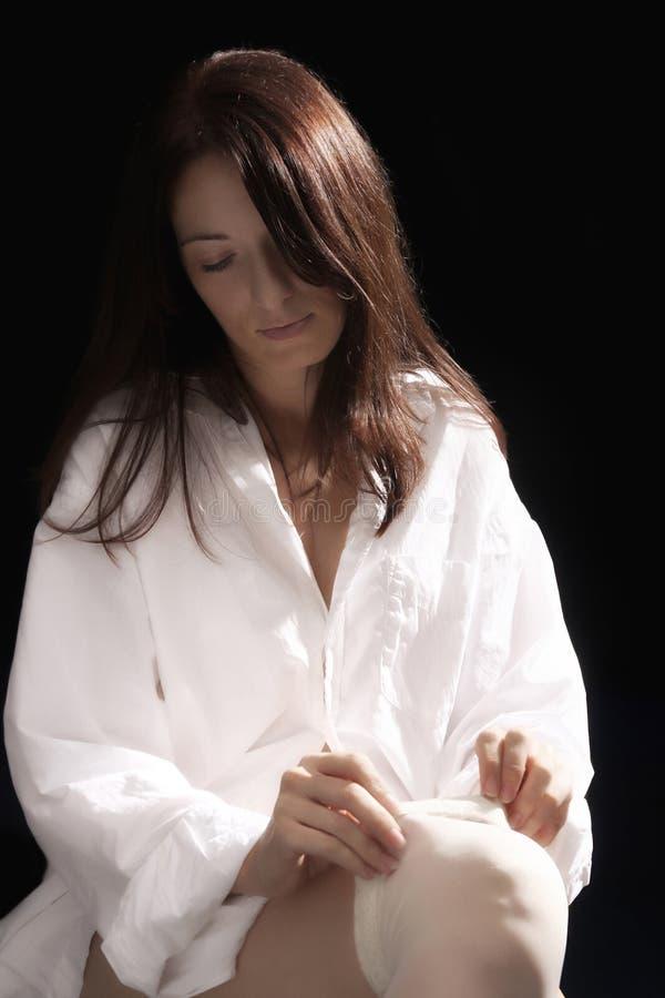 kładzenia pończoch biała kobieta obraz royalty free